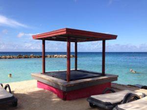 Chillen op een lounge bed bij de Jan Thiel Baai tijdens een vakantie Curaçao